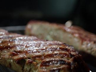 Steak grillen auf Gasgrill beim Camping
